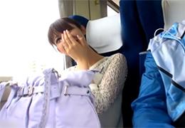 「ここでですか?」清楚で控えめな奥さんと電車でスリル満点SEX!