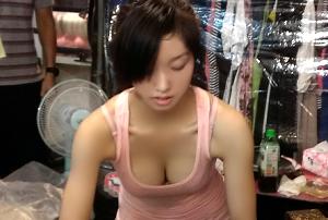 中国で話題の屋台店員がクッソええ乳してる