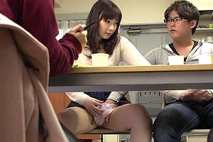 あまり親しくもない女友達のマンコを机の下から触るの楽しすぎwwwwwww