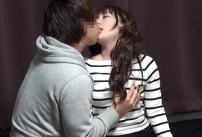 【盗撮】メチャ美人なのに警戒心ゼロな人妻をキスで落として中出し!