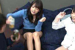 (宅飲み)お酒の力でシラフじゃ相手されないモデル女子大学生と4P☆