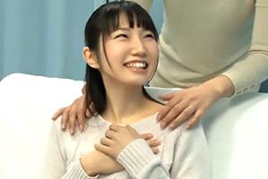 (MM号)少女カワ女子大学生をデンマで失禁させてその隙にズボッ☆