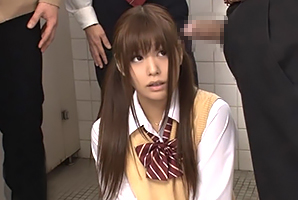 女子トイレが使用できず駆け込んだBOYトイレで輪姦されるモデル10代小娘