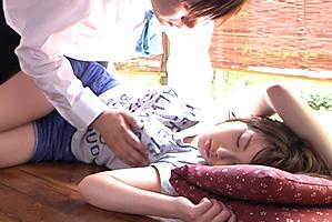 夏の暑い日に縁側でびっしょりと寝汗かいて眠る10代小娘に発情強姦☆