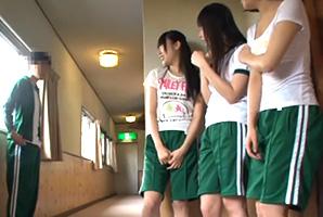 『○○君てデカチンなの?』修学りょこうの宿舎で学校のえろ女子と4P☆