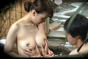 (秘密撮影)混浴の一家風呂で大好きな弟を筆おろしする美美巨乳社内レディー