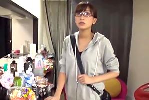 『えっ、私?』女優のドタキャンで急遽AV出演するガリ美巨乳AD☆