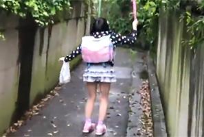 傘で遊びながら学校帰りする無邪気な10代小娘を尾行して路地裏で犯す☆