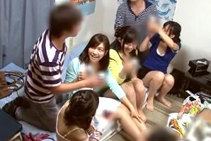 (秘密撮影)サークルの家飲みで真面目な後輩たちを泥酔させて6P☆
