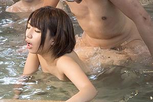 (秘密撮影)混浴でダンナに放置され客に輪姦ナカ出しされる美10代小娘若妻