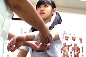 (秘密撮影)部活帰りに治療に立ち寄った美巨乳10代小娘に手を出すマッサージ師