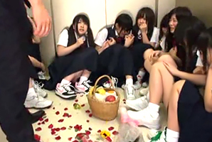 地震で停止したエレベーターで怯えるJCを10人皆犯す☆