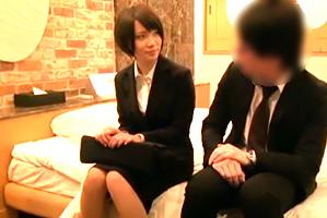 (秘密撮影)絶対に破けるゴムで営業の真面目な後輩にナカ出し☆