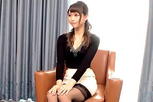 佐藤麻里子 (ラグジュTV)上質な色気を漂わせる美術館の学芸員