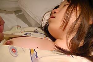 (ヤリサー合宿)眠剤を混ぜておき昏睡したころで家に侵入強姦☆