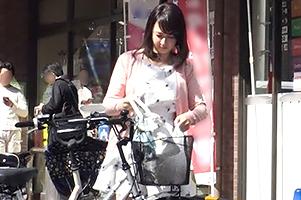 (シロウト)スーパーの前でモデルお母ちゃんチャリ奥さんをキャッチしてカーsex☆