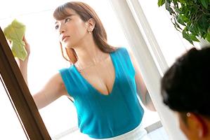 窓ふきの掃除中に、わざと美巨乳を押し付け挑発する恋人の姉さん☆