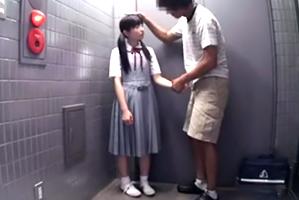 同じマンションの10代小娘を手懐けて性処理ペットに育てるヘンタイ親パパ☆