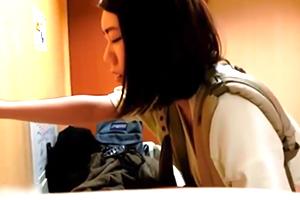 (個人収録)赤ちゃん抱っこしてトイレのベビールームでパコる若ダンナ婦